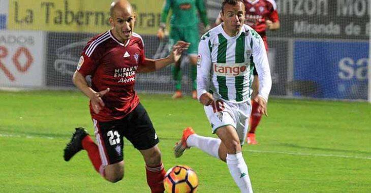 Javi Hervás jugando con el Mirandés contra el Córdoba.