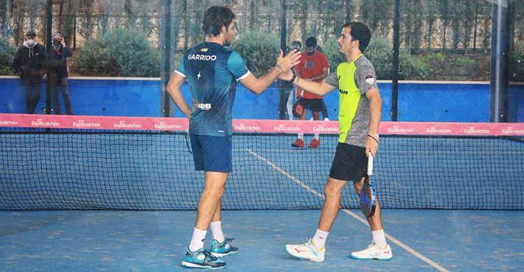 Javi Garrido y Juan Cruz Belluati chocan sus manos tras conseguir su pase a las semifinales de los Internacionales Ciudad de Córdoba.