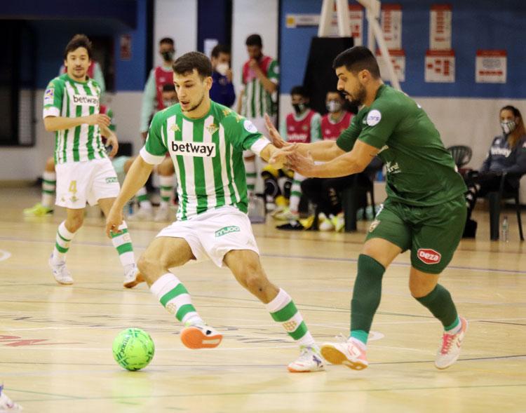 Jesús Rodríguez trabajando en defensa ante un jugador bético