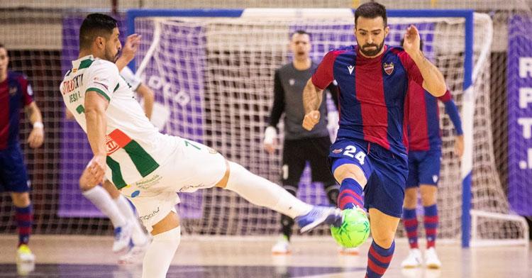 Jesús Rodríguez entrando con contundencia a por un balón dividido.