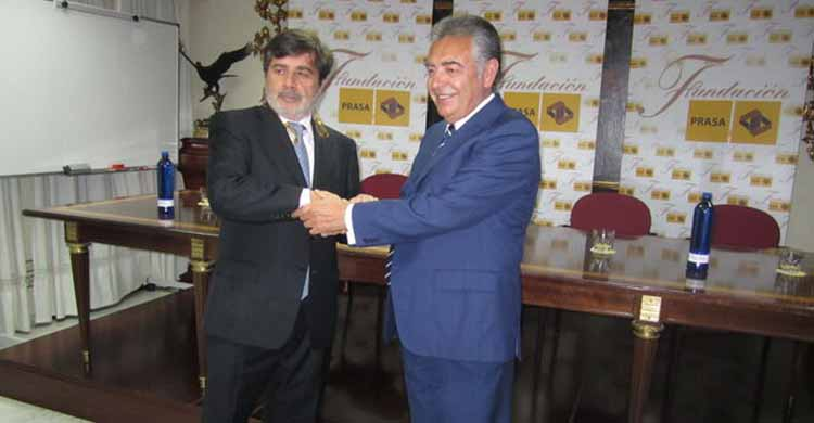 Pepe Romero, CEO de Prasa, estrechando su mano en mayo de 2011 a Carlos González tras sellar la venta del paquete mayoritario de acciones del Córdoba CF.