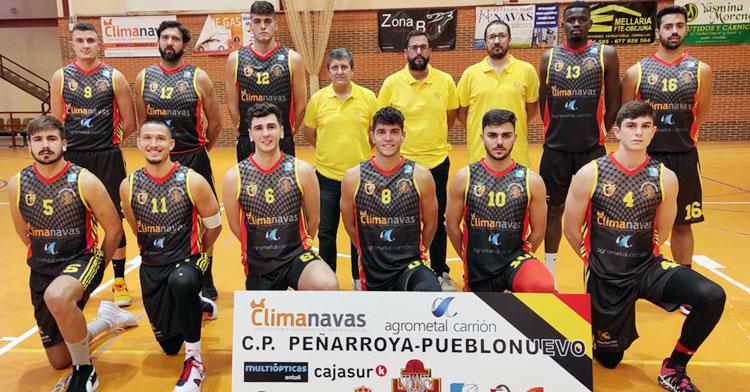 Juanra Guzmán junto a sus jugadores en una foto de formación. Foto: CP Peñarroya