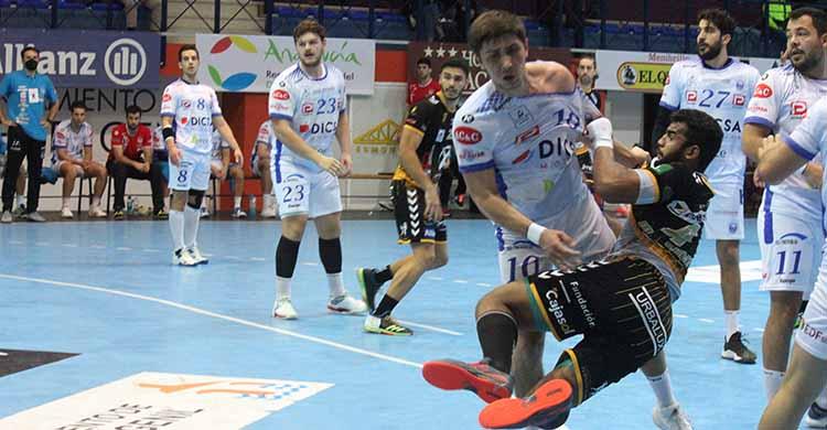 Marcio Da Silva en escorzo tras dejar atrás a varios gallegos.
