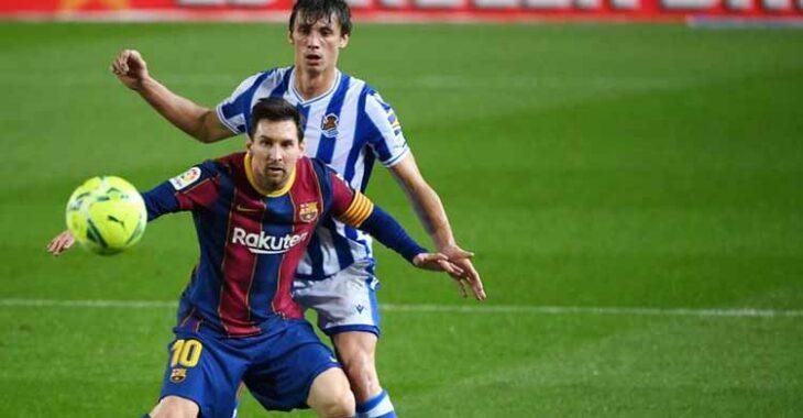 Messi protege le llegada del balón ante un jugador de la Real Sociedad en el partido liguero disputado ayer.