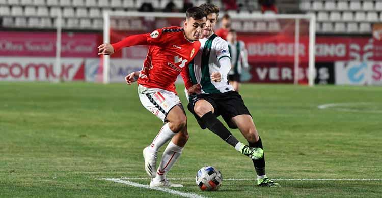 Alberto Del Moral pugnando con un jugador del Real Murcia en su vuelta a la titularidad.