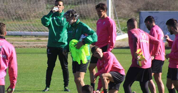 Pablo Alfaro repartiendo petos entre sus jugadores