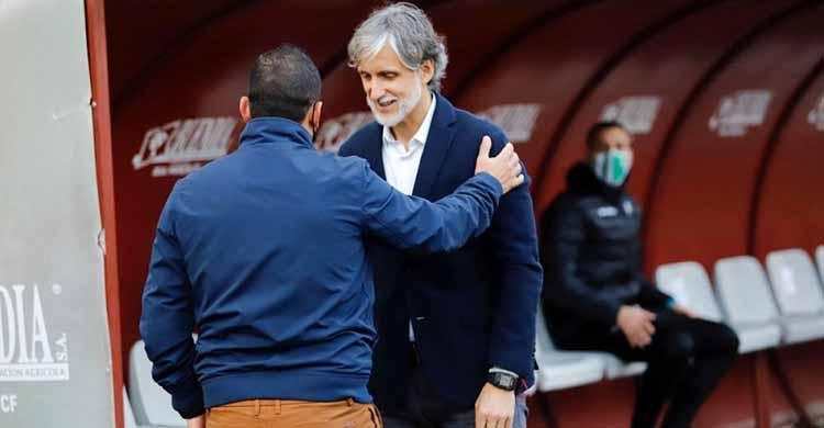 Pablo Alfaro saludando al técnico Del Real Murcia.