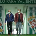 El primer paseíllo por El Arcángel de Pablo Alfaro, junto a Miguel Valenzuela, tras fichar como entrenador del Córdoba. Foto: CCF