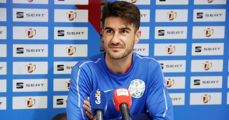 Pablo Gallardo, con rostro sonriente, en la sala de prensa del estadio celeste. Foto: Ciudad de Lucena