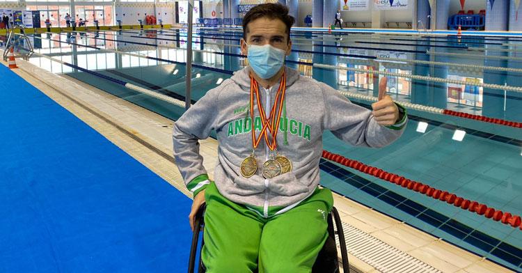 Paco Salinas con sus medallas en Oviedo