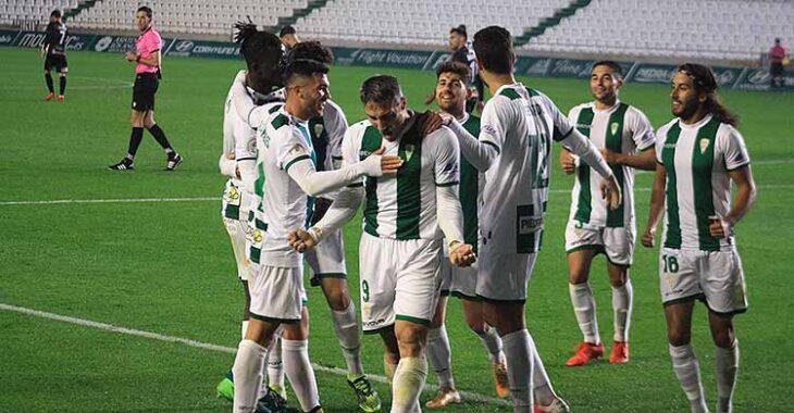 Piovaccari celebrando su segundo gol, el tercero ante El Ejido, eufórico entre sus compañeros.