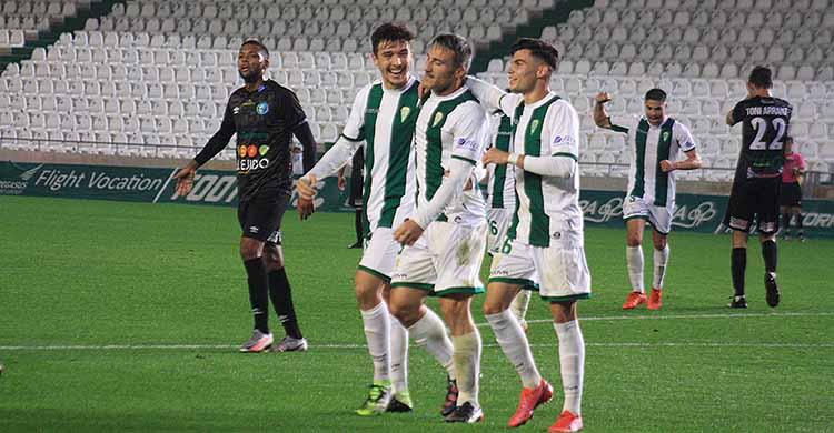 Piovaccari felicitado por Luismi y Alberto del Moral tras su último gol ante El Ejido que aseguraba la segunda plaza del subgrupo.