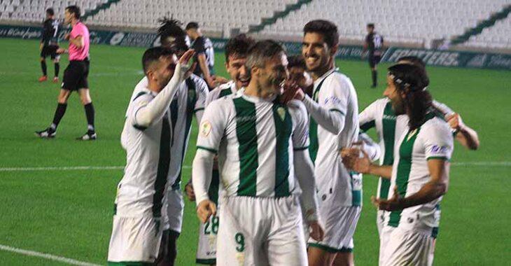 Piovaccari celebrando con sus compañeros su último gol ante El Ejido que aseguraba la segunda plaza del subgrupo 4B.