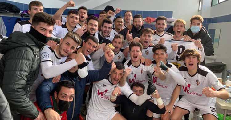El vestuario del Pozoblanco celebrando a lo grande su primera victoria de la temporada.