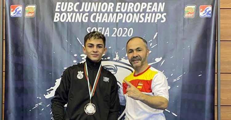 El seleccionador nacional señala a su hijo, Rafa Lozano Serrano, luciendo su medalla de planta en el Europeo de Sofía.