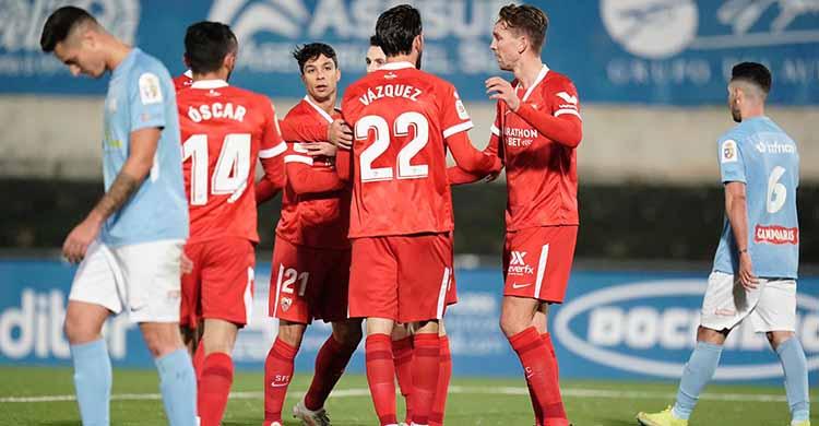 Los sevillistas celebrando el gol del neerlandés Luuk de Jong.