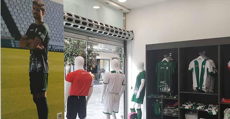Una imagen de Bernardo Cruz presidiendo el interior de la tienda oficial del Córdoba CF en Cruz Conde.
