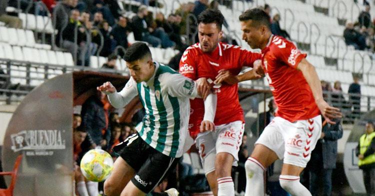 El joven Fran Gómez intentando percutir entre la zaga murcianista en el partido del pasado mes de enero. Foto: CCF