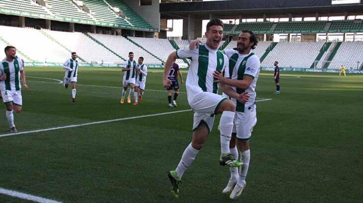Alberto del Moral celebrando su primer gol con el Córdoba junto a Miguel de las Cuevas.