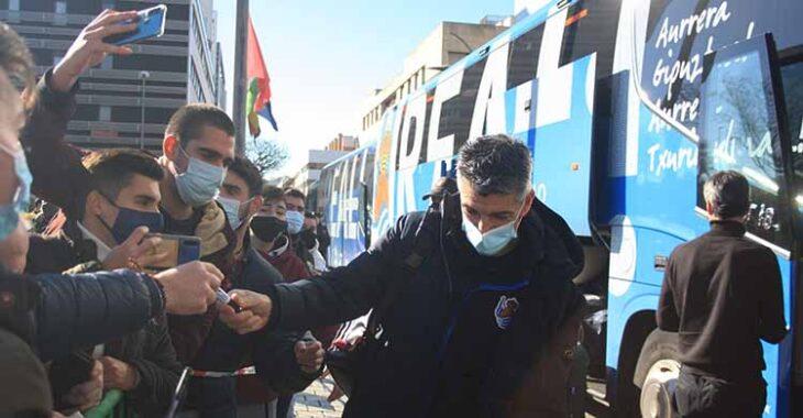 El técnico de la Real Sociedad, Imanol Alguacil, firmando autógrafos y antes los móviles de los aficionados txuri-urdin.