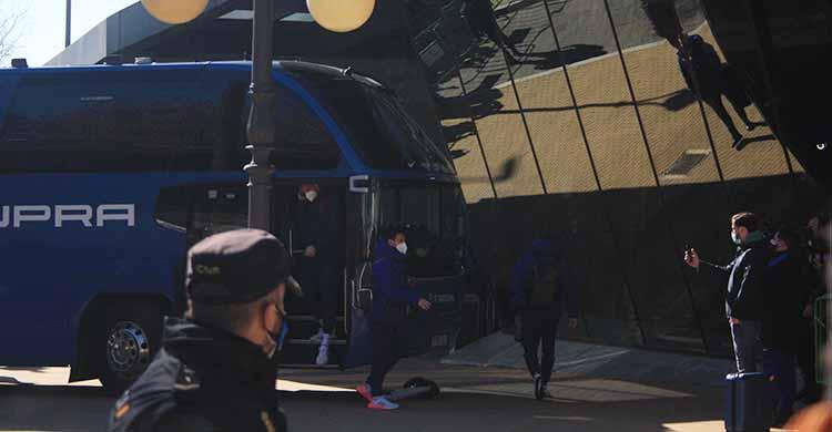 Messi, tras bajarse de uno de los dos autocares del Barça a su llegada a Córdoba.