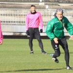Pablo Alfaro sprintando ante Alberto Salido explicando uno de los movimientos a sus pupilos.