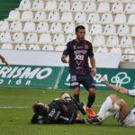 Al suelo. La jugada a ras de césped entre Piovaccari y Gianni por la que tuvo que ser atendido el meta del Yeclano.