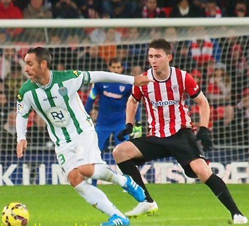 Abel Gómez con el control del balón ante un jugador del Athletic.