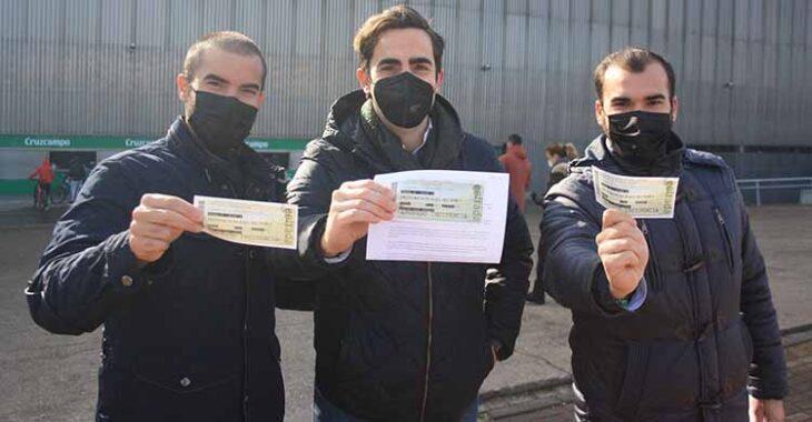 Ganas de fútbol. Tres amigos muestran felices sus entradas tras recogerlas esta mañana para reencontrarse con El Arcángel esta tarde ante el Getafe.