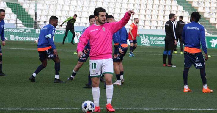 Alberto Salido hace dos domingos calentando en la previa ante el Yeclano, su última convocatoria con el Córdoba CF.
