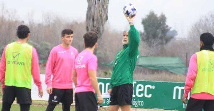 Pablo Alfaro antes de poner el balón en juego ante Alberto Del Moral.Pablo Alfaro antes de poner el balón en juego ante Alberto Del Moral.
