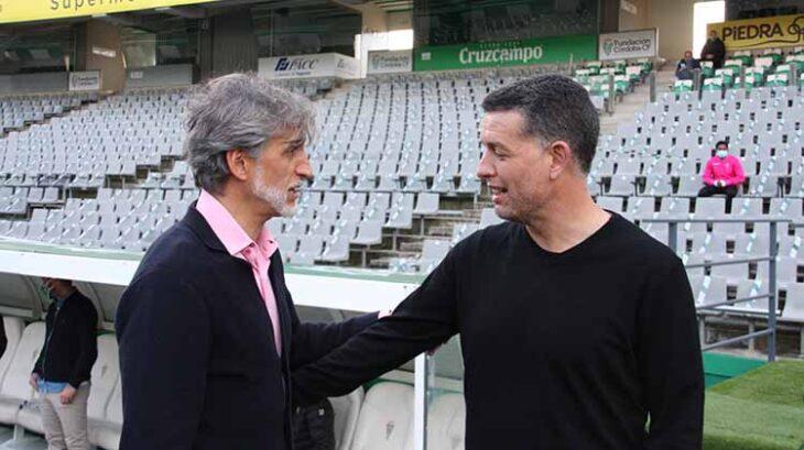 Pablo Alfaro saludando al técnico del Yeclano, Sandroni.