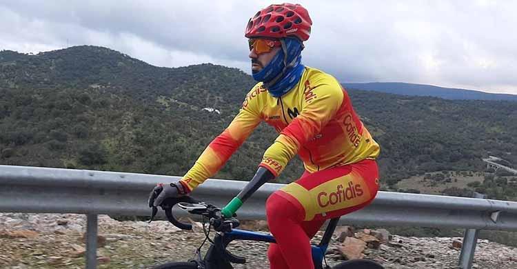 Alfonso Cabello entrenando por las carreteras de Pozoblanco con el maillot de la selección española.