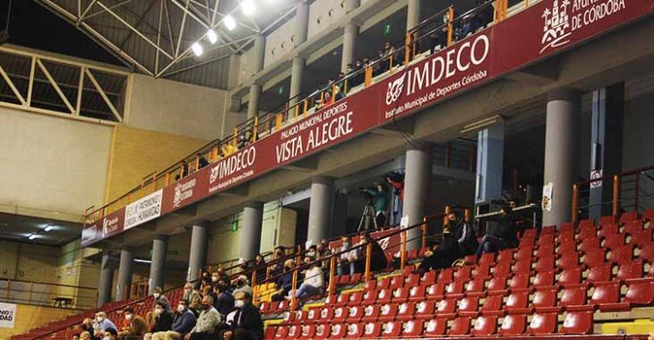 El palco del Vista Alegre y los algo más de 40 aficionados que vieron el partido desde el anfiteatro superior.El palco del Vista Alegre y los algo más de 40 aficionados que vieron el partido desde el anfiteatro superior.