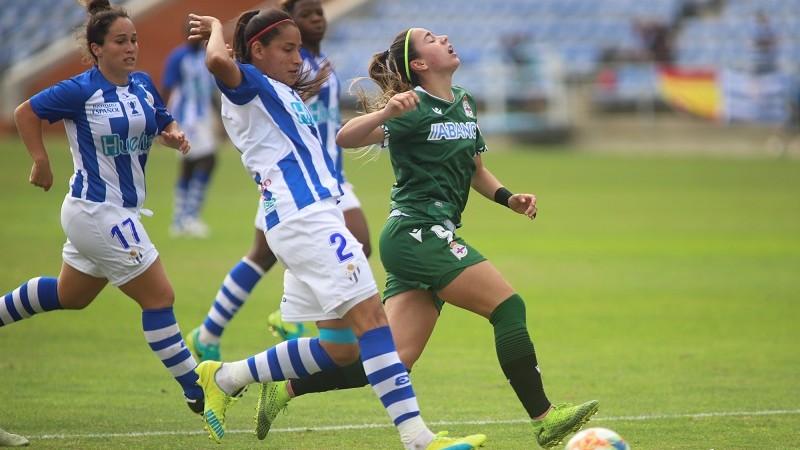 Ángela Corina, de blanquiazul, en un partido con el Sporting de Huelva. Foto: Huelva24.com