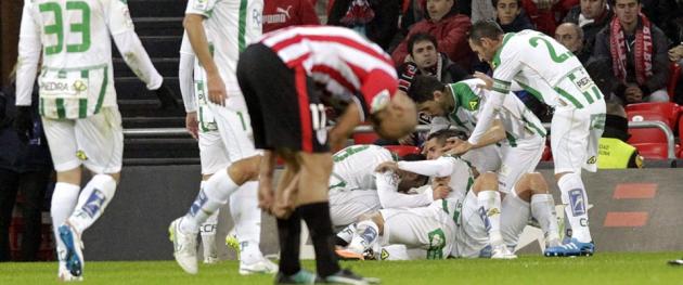 Los jugadores del Córdoba celebrado el gol de Ghilas que dio el triunfo en San Mamés ante el Athletic de Bilbao.