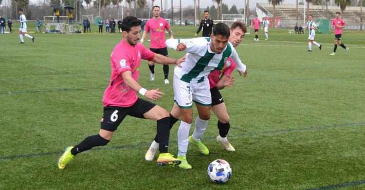 Toni Pérez, que acabó expulsado, presiona a un jugador del Córdoba B. Autor: Javier Olivar