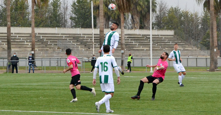 Un jugador derl Córdoba B gana una pelota aérea. Autor: Javier Olivar
