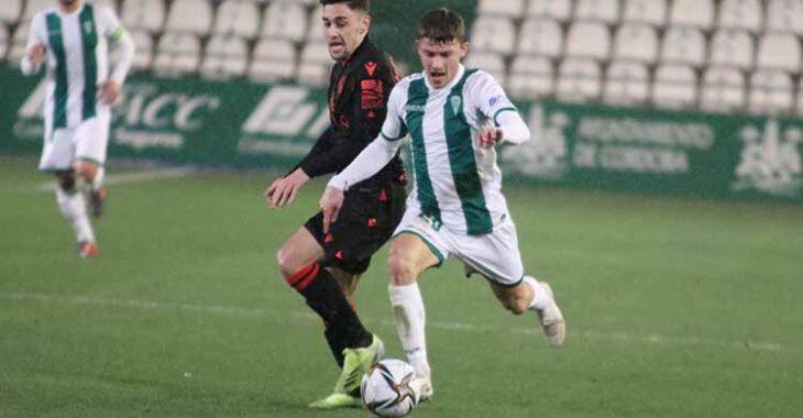 Berto Espeso dejando atrás a un jugador de la Real Sociedad