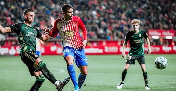 Berto González en su debut en El Molinón con el primer equipo ante la Ponferradina.
