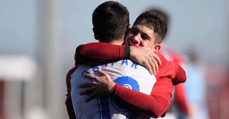 Berto González abrazado a un compañero del Sporting de Gijón.