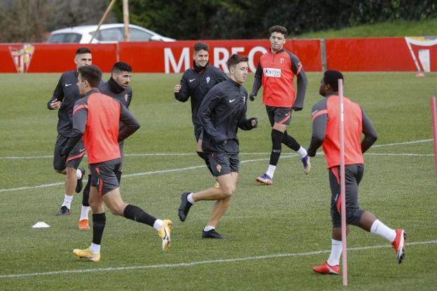 Berto González entrenando esta semana con el primer equipo entre Carmona, Saúl y Nacho Méndez.
