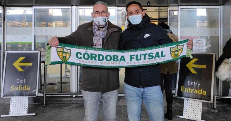 Caio César posando en Barajas con el vicepresidente del club, Rafael Jiménez