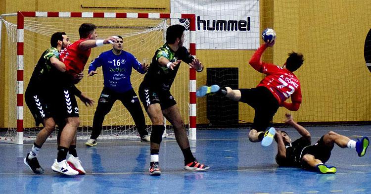 Aitor Gómez intentando un lanzamiento forzado contra el Torrelavega. Foto: Laclasi.es