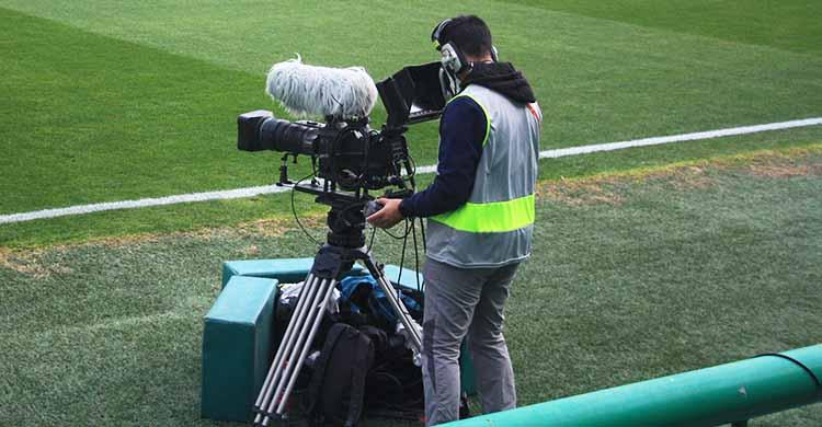Un cámara de televisión a pie del césped de El Arcángel.