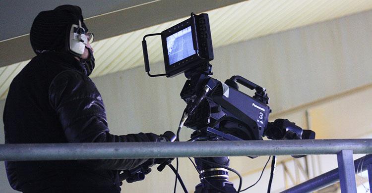 Un cámara de televisión retransmitiendo un partido del Córdoba CF.