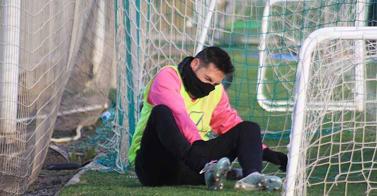 Carlos Valverde tocándose su tobillo derecho tras retirarse en los primeros minutos del entrenamiento del pasado viernes cuando cayó lesionado.