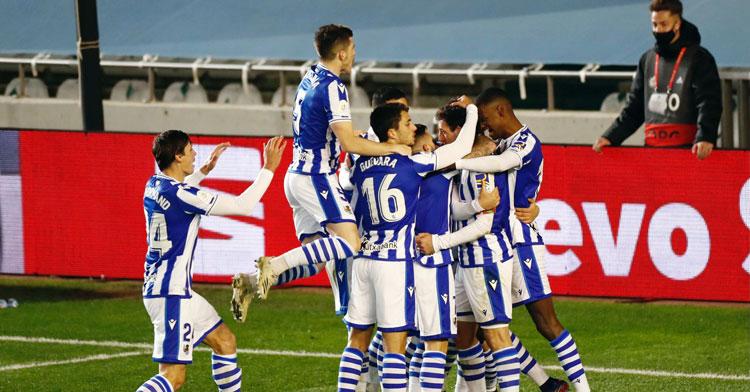 Los jugadores de la Real Sociedad celebrando su tanto en El Arcángel la pasada semana. Foto: RFEF