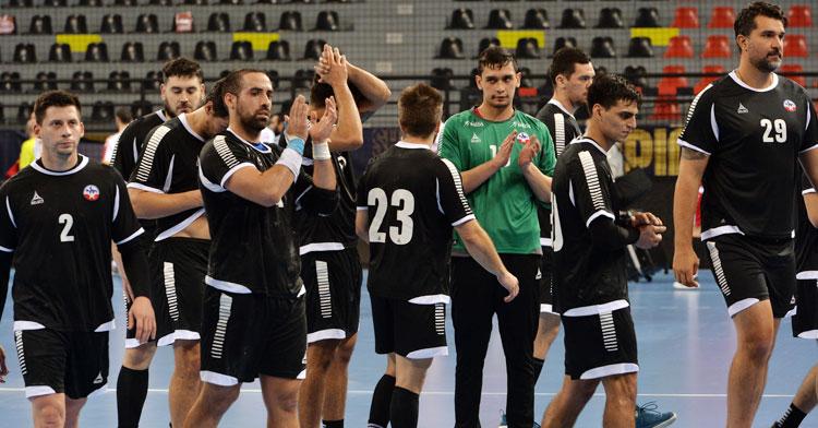 Vicente González y Daniel Ayala, cuarto y segundo por la derecha de la imagen, con su selección. Foto: @balonmanochile