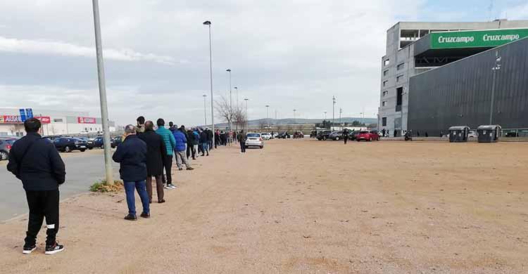 La gran cola formada esta tarde para llegar a las taquillas de El Arcángel y recoger las nuevas entradas disponbibles para el partido ante el Getafe.